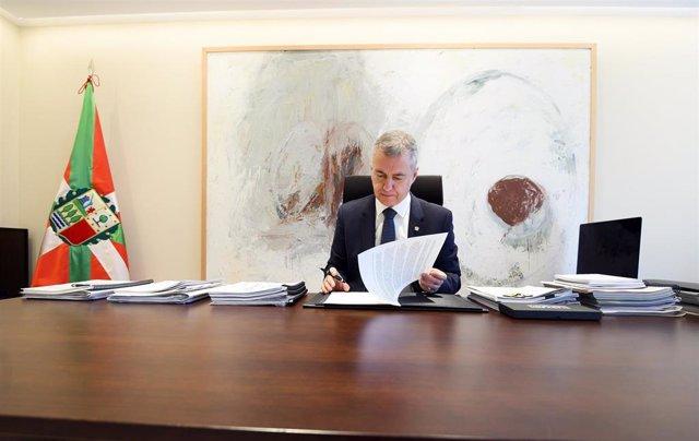 El Leendakari, Iñigo Urkullu, firma el decreto de elecciones autonómicas