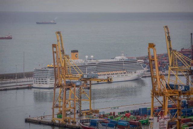 Un crucero atracado en el Puerto de Barcelona