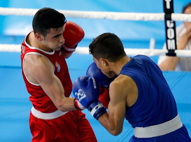El boxeador español José Quiles (rojo) durante un combate