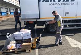 Imagen de archivo de trabajadores de Tragsa en un trabajo de descarga de alimentos en Cádiz.