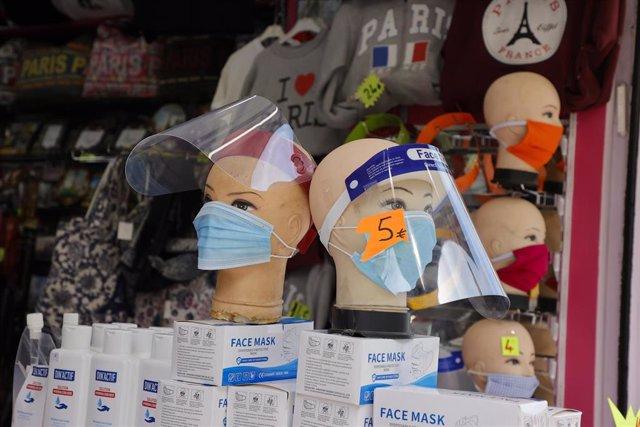 Venta de mascarillas en París