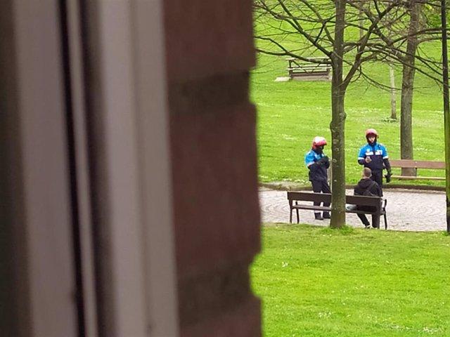 Policía local identificado a un hombre sentado en el parque de los Pericones, en Gijón, en los primeros días del Estado de Alarma por el coronavirus