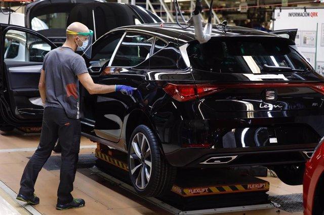 Un trabajador de la línea de producción del Seat León de la fábrica de Martorell (Barcelona) de Seat