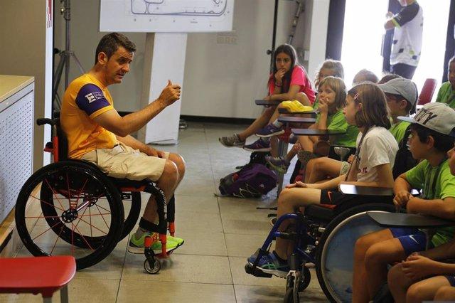 Isidre Esteve da una charla a niños durante la celebración de un Gran Premio de la Fundació Isidre Esteve