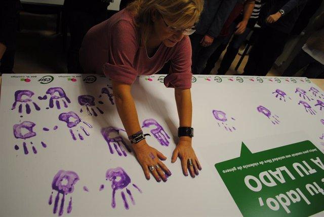 Delegados de CSIF en Valladolid muestran con sus manos moradas el rechazo de la violencia de género.