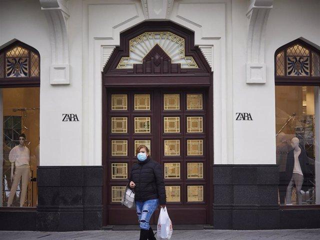 Una mujer pasa junto a una tienda Zara cerrada el día en el que la capital navarra pasa junto el resto de la comunidad a la Fase 1 del Plan de Desescalada establecido por el Gobierno de España. En Pamplona/Navarra (España) a 11 de mayo de 2020.
