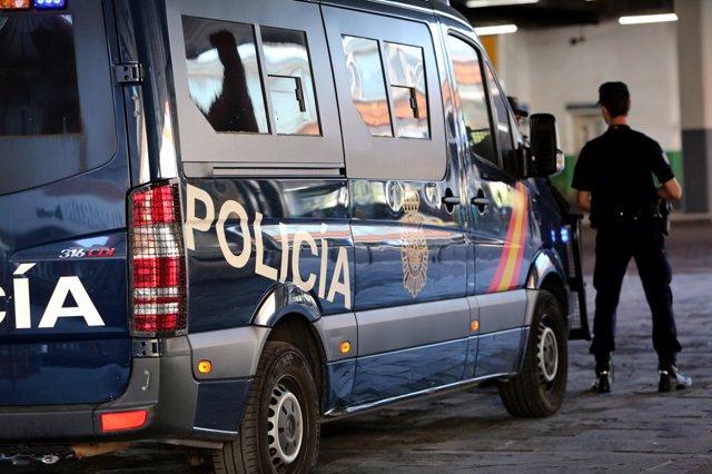 Imagen de recurso de agentes de Policía Nacional junto a un furgón policial del Cuerpo.