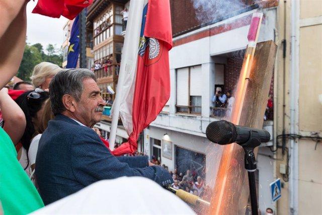 El presidente de Cantabria, Miguel Ángel Revilla, durante el chupinazo de las Fiestas de la Virgen Niña de Ampuero