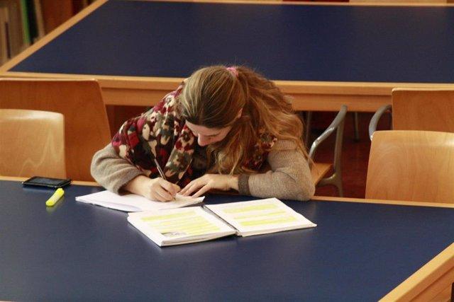 El Gobierno elimina el requisito académico para recibir becas, que se otorgarán