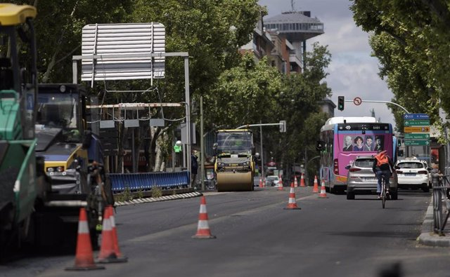 Máquinas de asfaltar durante el asfaltado de la Calle Princesa dentro de la Operación Asfalto