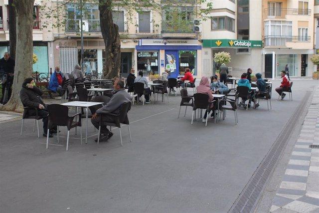 La calle Carretería de Cuenca estrena fase 1 recobrando el pulso con dos terrazas y comercios abiertos