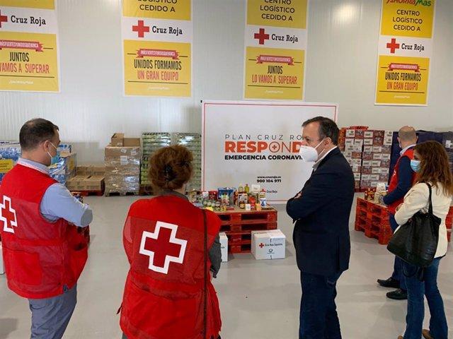 El consejero de Políticas Sociales, Familias, Igualdad y Natalidad, Alberto Reyero, visita para conocer su trabajo y agradecer la labor que está realizando una de las seis Unidades de Respuesta Social de la Comunidad de Madrid