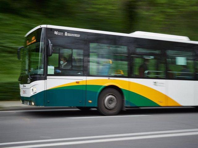 Un autobús urbano por las calles de Pamplona durante el estado de alarma por el coronavirus.