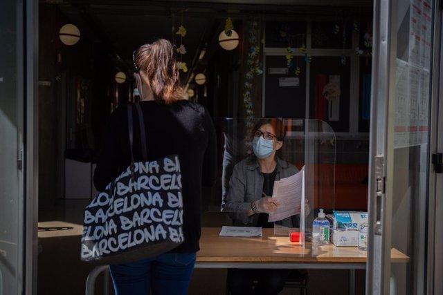 Primer dia de preinscripció presencial a les escoles i instituts catalans, amb mesures de protecció sanitària per la pandèmia del coronavirus. En l'institut escola Coves d'en Cimany de Barcelona