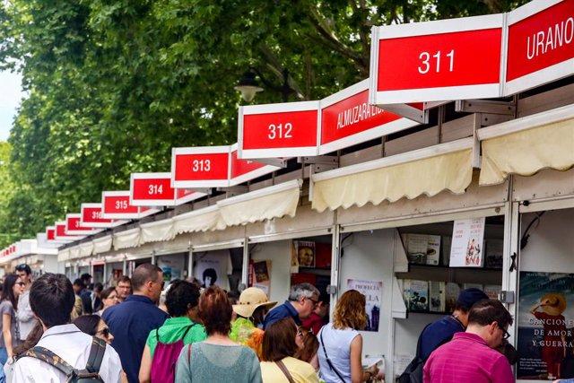 Visitantes paseando por la Feria del Libro de Madrid.