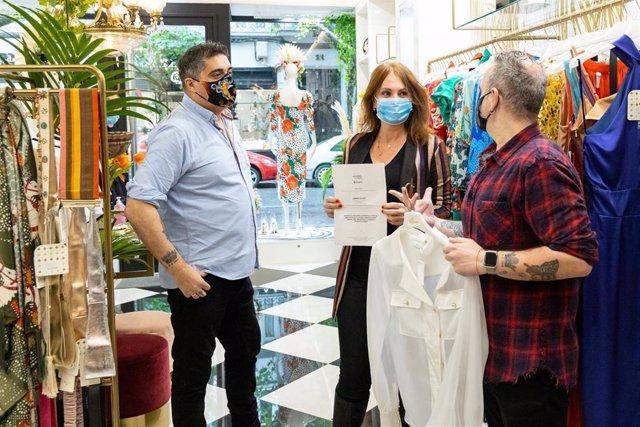 Carmen Herrarte en un comercio de ropa