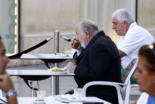 Primeros clientes disfrutan de las terrazas de las cafetería de Málaga