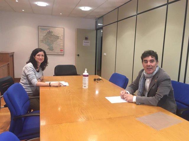 El consejero Santos y Miriam Irisarri, durante la firma del convenio