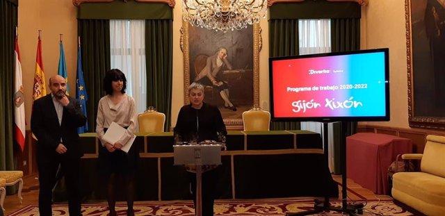 Ángela Baños (en el medio), durante la presentación del nuevo Plan de Turismo de Gijón