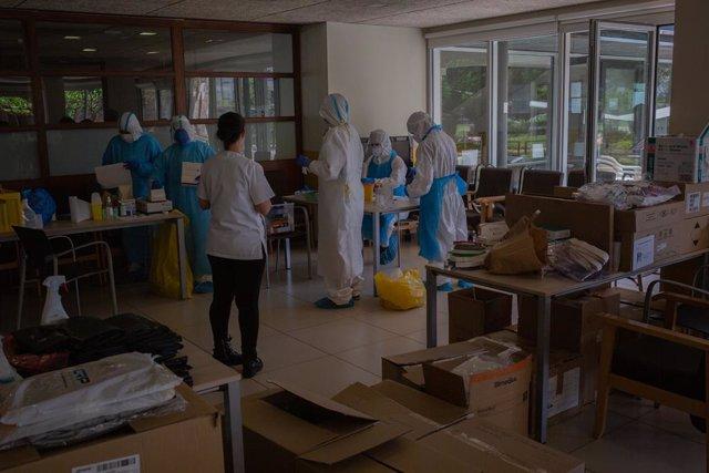 Voluntaris de l'ONG Proactiva Open Arms en la Residència Geriátrica Redós de Sant Pere de Ribes, a 30 d'abril de 2020.