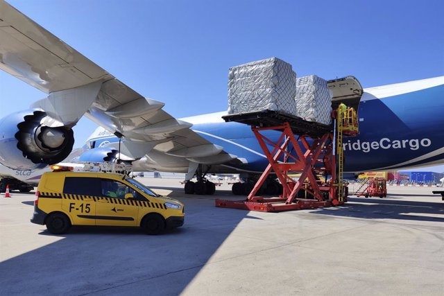 Vol de càrrega amb material sanitari en l'Aeroport de Barcelona.