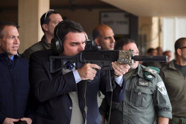Flavio Bolsonaro, uno de los hijos del presidente de Brasil, Jair Bolsonaro, dispara un arma durante su visita a Israel. (Imagen de archivo).