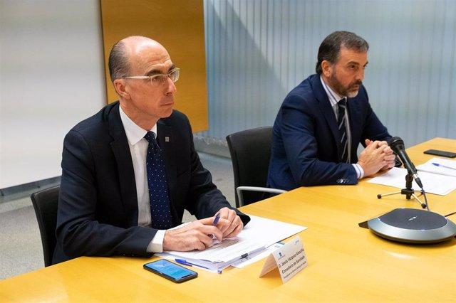 El conselleiro de Sanidade, Jesús Vázquez Almuiña, y el director xeral de Asistencia Sanitaria, Jorge Aboal, en rueda de prensa.