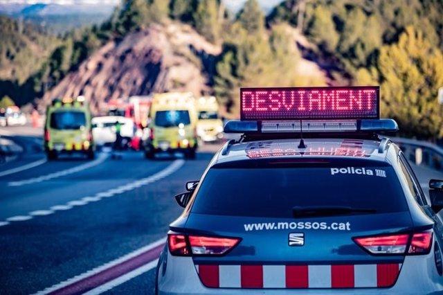Un cotxe de Mossos d'Esquadra i ambulàncies del Sistema d'Emergències Mèdiques (SEM) durant un accident de trànsit en una imatge d'arxiu.
