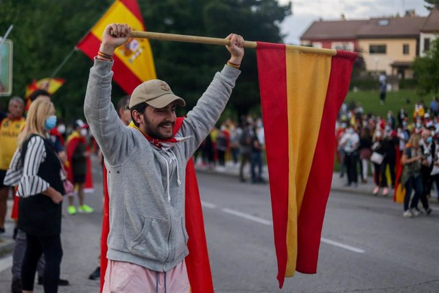 """Una multitud se concentra en la Plaza de España de Pozuelo de Alarcón en contra del Gobierno de Pedro Sánchez al grito de """"dimisión""""."""