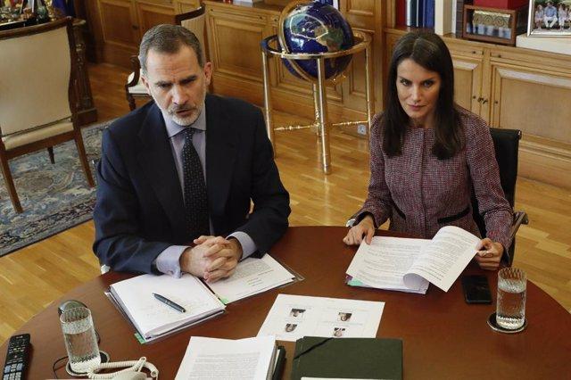 Don Felipe y doña Letizia se han reunido en videoconferencia con directivos y trabajadores del Metro de Madrid, para conocer en detalle el impacto de la crisis en el principal medio de transporte en la capital y en su plantilla, en la que han participado