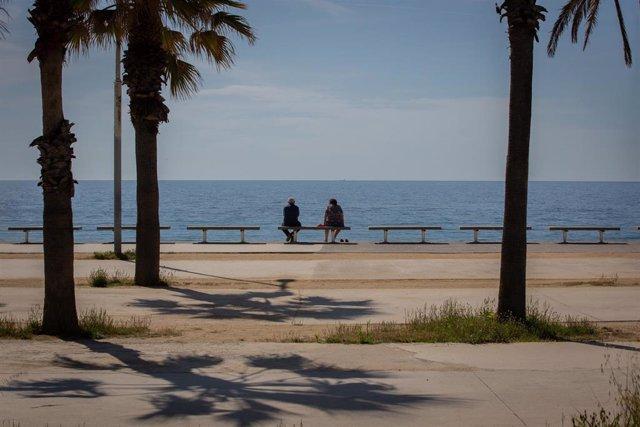 Dos personas en la playa del Bogatell, en Barcelona (España), a 7 de mayo de 2020.