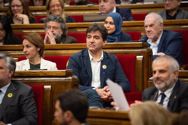 El presidente de ERC en el Parlament, Sergi Sabrià, y otros diputados en el pleno del Parlament, en una imagen de archivo.