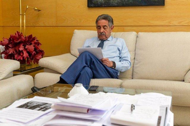 El presidente Revilla en su despacho de la sede del Gobierno de Cantabria