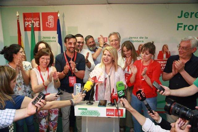 Mamen Sánchez, alcaldesa y secretaria local del PSOE en Jerez con miembros de su equipo en la noche electoral