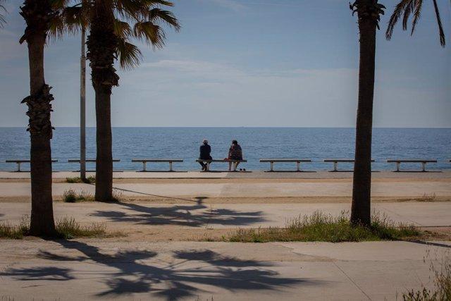 Dues persones a la platja del Bogatell, a Barcelona (Espanya), a 7 de maig de 2020.