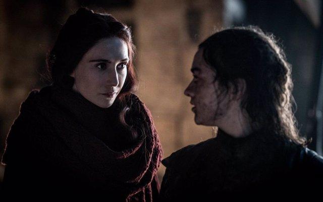 Melisandre y Arya Stark en Juego de tronos