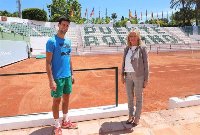 Novak Djokovic en el club Puente Romano de Marbella, junto a la alcaldesa de la ciudad, Ángeles Muñoz
