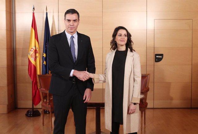 El president del Govern, Pedro Sánchez i la lider de Ciudadanos,  Inés Arrimadas, posen junts moments abans d'una reunió al Congrés dels Diputats, el 16 de desembre de 2019.