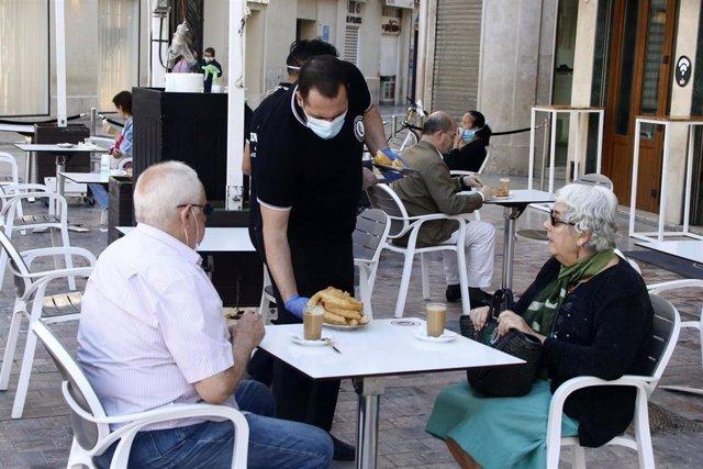 Primeros clientes disfrutan de las terrazas de las cafetería de Málaga en la primera jornada de la Fase 1,  Málaga a 18 de mayo del 2020