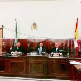 Tribunal con cubículos protectores como medida preventiva ante el covid-19.