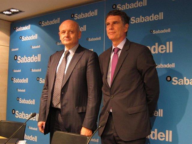 De izq a dcha: Director financiero de Sabadell, Tomás Varela, y CEO de Sabadell, Jaume Guardiola