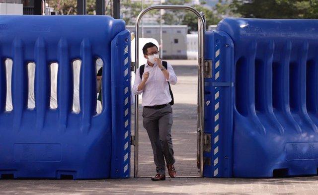 Un hombre con mascarilla en Hong Kong.
