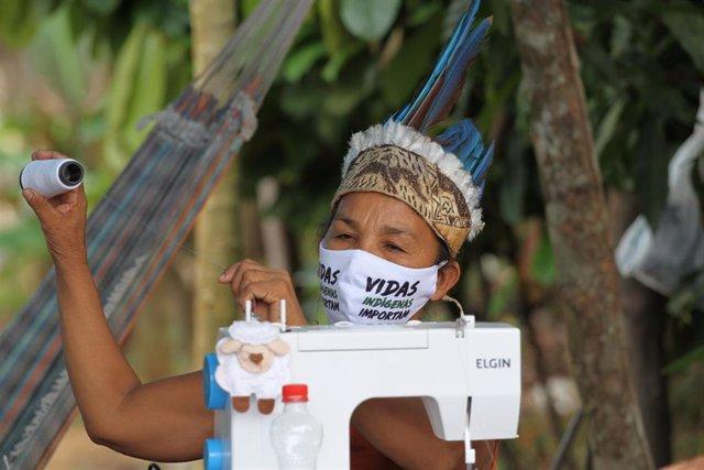 Indígena brasileña con mascarilla por la pandemia de coronavirus