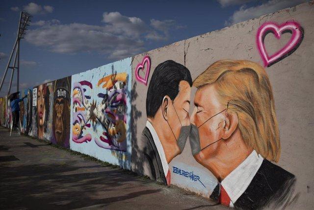 Mural en Berlín con Xi Jinping y Donald Trump