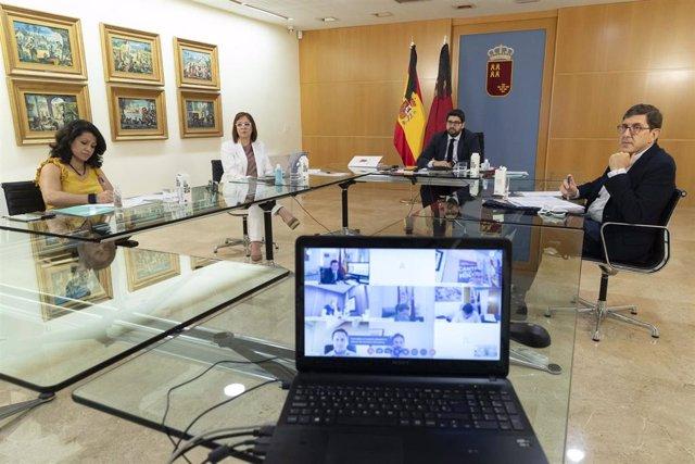 El presidente de la Región de Murcia, Fernando López Miras, mantiene una reunión con los alcaldes por vía telemática