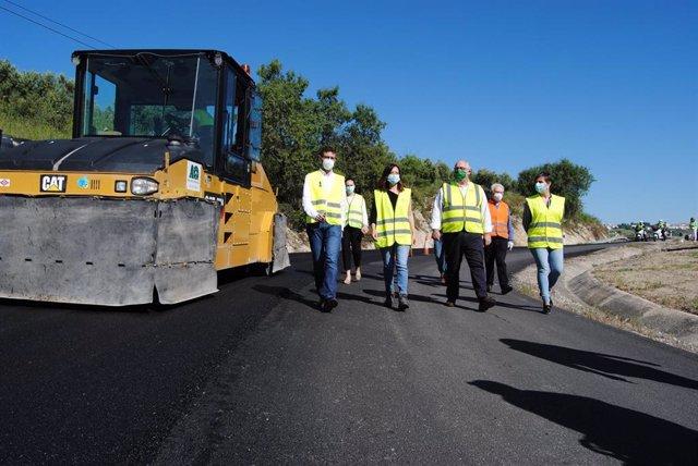 Miembros de la Junta visitan el fin de las obras de arreglo de la A-6204 de Villacarrillo a Mogón.