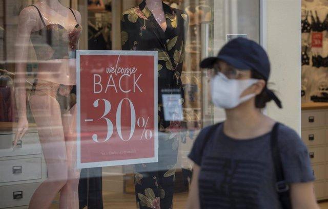 Cartel de descuento en una tienda tras permitir el Gobierno las rebajas desde hoy en toda España y siempre que no generen aglomeraciones. En Sevilla (Andalucía, España), a 18 de mayo de 2020.