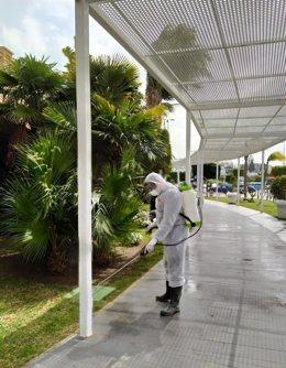 El protocolo de limpieza y desinfección se extiende a todos aquellos elementos de susceptibles de contagio por contacto como las botoneras en ascensores, papeleras o pomos de puertas.