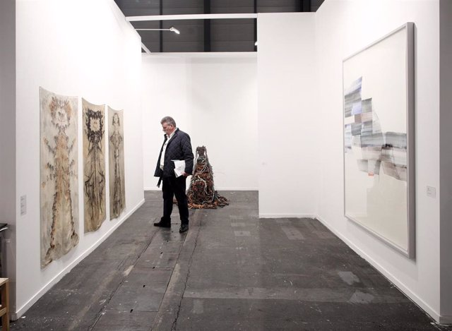 Visitantes visualizan las obras distribuidas en el recinto de IFEMA en esta jornada de apertura de la Feria Internacional de Arte Contemporáneo, en Madrid (España) a 26 de febrero de 2020.