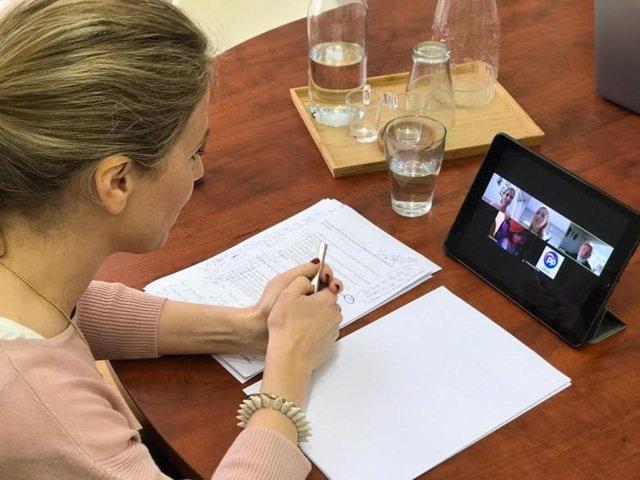 Ana Mestre en una videoconferencia con los representantes de UGT y CCOO en la provincia de Cádiz